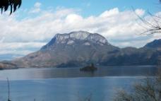 湖泊 山水 蓝天 白云 泸沽湖 西昌 湖水 风景 雪山 沼泽 旅游 公路 高清图片