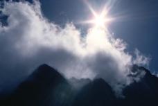 耀眼的阳光下的山脉图片