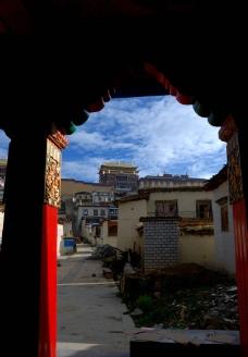 香格里拉第一庙红色的门图片