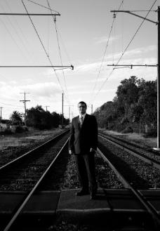 走铁轨的男人图片