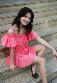 刘彦君 粉红色 吊带裙 生活写真图片