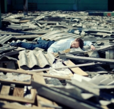 废墟上的男人图片