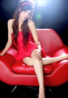 郭紫欣 红色沙发 红裙 写真图片